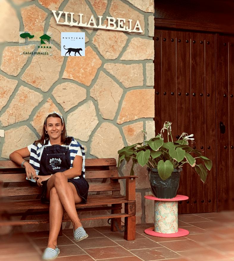 beatriz_en_la_puerta_de_casa_rural_villalbeja