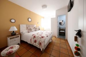 habitacion_con_una_cama_grande_de_casa_rural_villalbeja